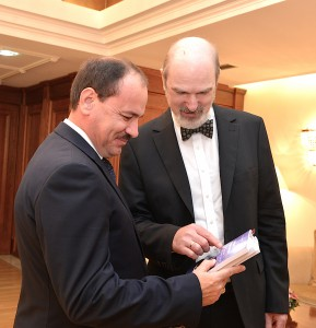 Thomas Schirrmacher presents the President of Albania a selection of books on freedom of religion (© Presidential Palace of Albania)