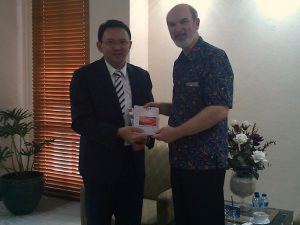 "Tjahana ""Ahok"" Purnamas receives the latest edition of the magazine on Freedom of Religion © BQ / Warnecke"