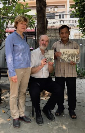 Norng Chan Pal with Christine and Thomas Schirrmacher, the photo of his family and the signed book about his life story © BQ/Schirrmacher
