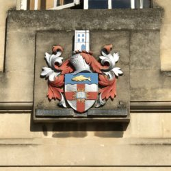 The entrance coat of arms of Regent's Park College of Oxford University © BQ/Warnecke